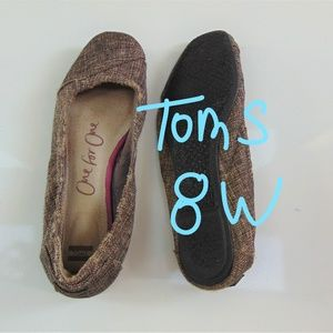 TOMS 8W brown elegant shoes wit rubber sole.